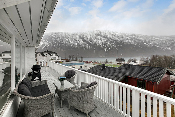 Stor veranda med utsikt og gode solforhold!