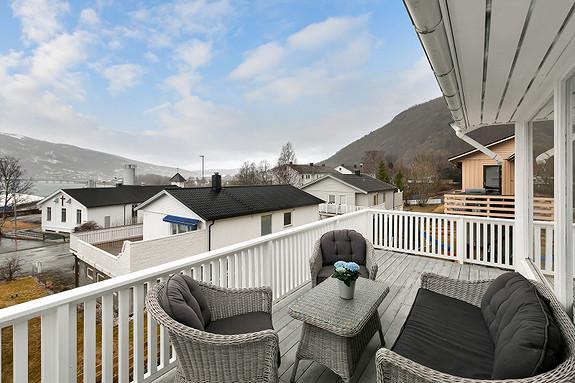 Stor veranda med gode solforhold
