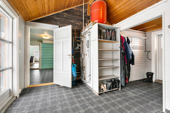 Hall i mellombygg - Sentralfyr med vannbåren varme til 1. etasjen i tømmerbyggning/hus 1