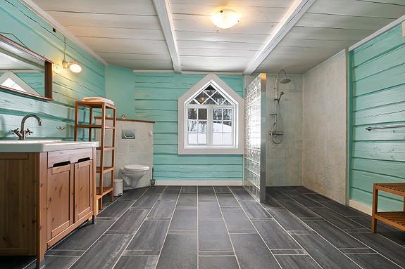 Hus 1 - Bad i 2. etasje - Romslig bad med dusjhjørne