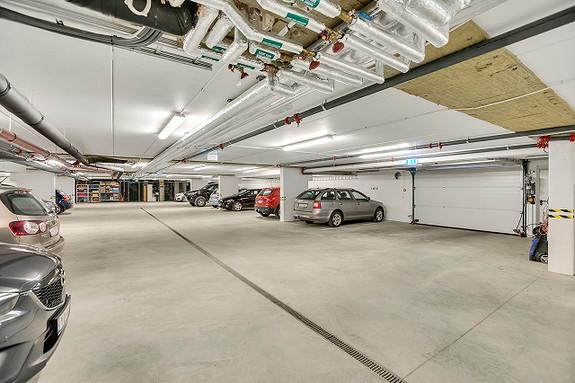 Garasje, felles med hele bygget.