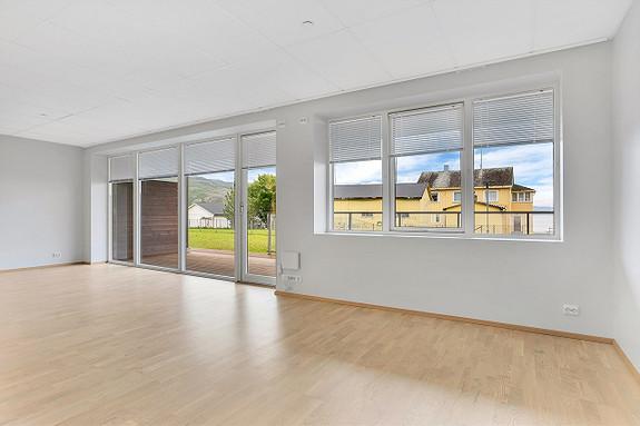 Lyse farger og store vinduer gir leiligheten et åpent og moderne preg