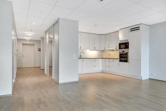 Stor og luftig stue, med åpen kjøkkenløsning