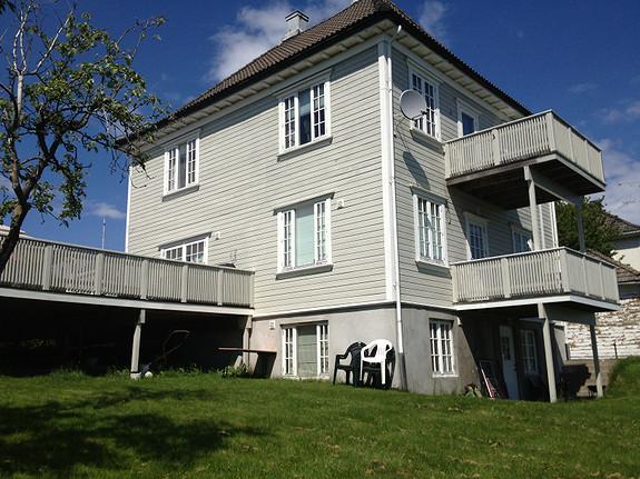 Praktisk leilighet med 1 soverom, parkering og uteplass sentralt på Teie