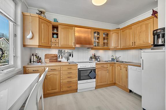 1. etasje - kjøkkeninnredning med profilerte fronter