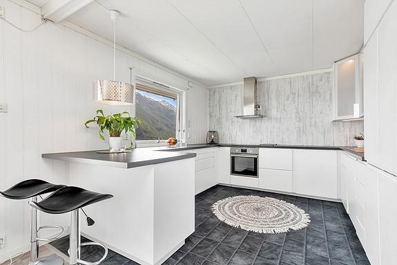 Hovedplan - Kjøkkeninnredning med hvite slette fronter