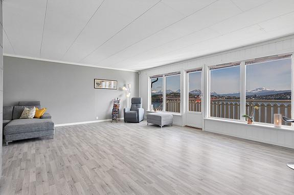 Stue med store vindu som gir godt lys og flott utsikt