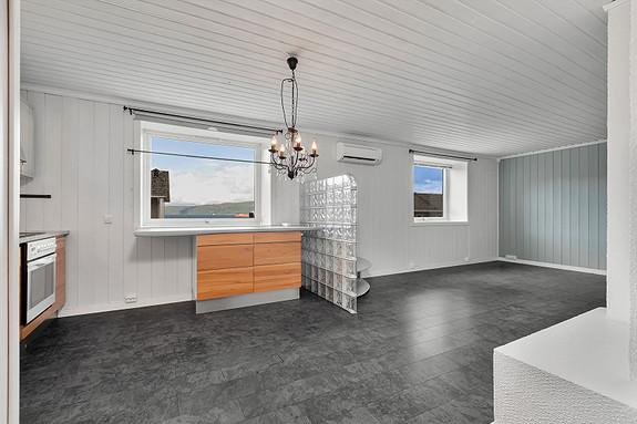 Åpen løsning mellom kjøkken og stue - Sjøutsikt fra kjøkkenvinduet!