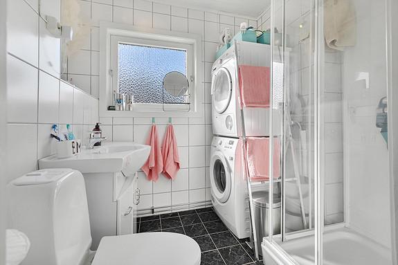 Bad i 2. etasje med dusjkabinett og plass til vaskemaskin