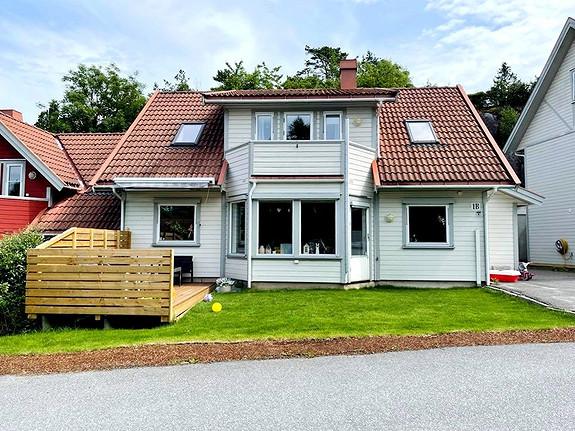 Flott bolig med 4 soverom, 2 bad, uteplass og elbil-lader i barnevennlig område