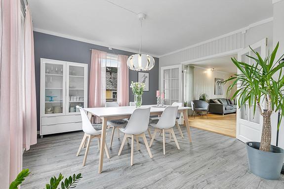 2. etasje - Spisestue med glassdører mot stuen som gir en herskapelig følelse