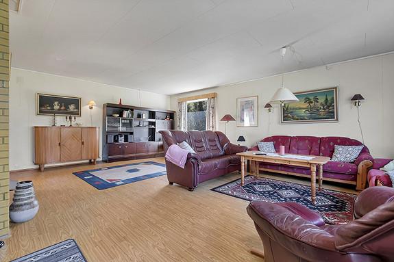 Romslig stue med god plass for møblering!