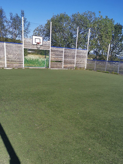 Fotballbinge, ca. 2 km fra eiendommen