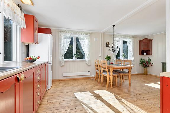 1. etasje - Kjøkken med plass til spisebord