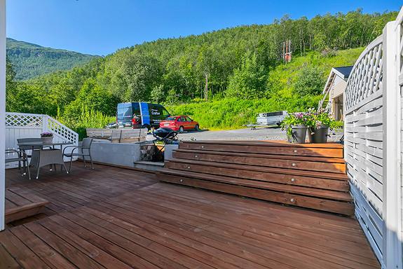 Flott terrasse med lys i den brede trappen