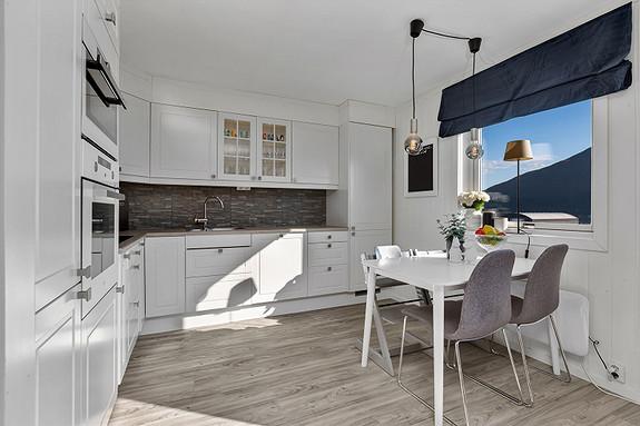 Moderne kjøkken fra 2015 med en sosial åpen løsning mot stuen!