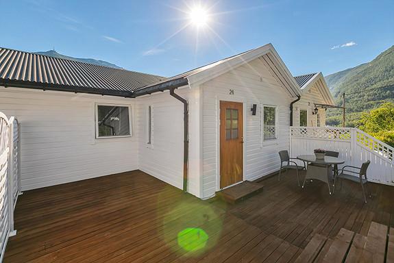 Flott terrasse ved inngangsparti med god plass for utemøbler