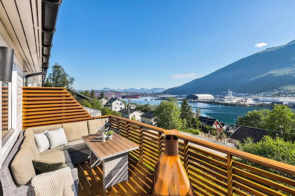 Balkong med praktfull utsikt! God plass for møblering av hagemøbler