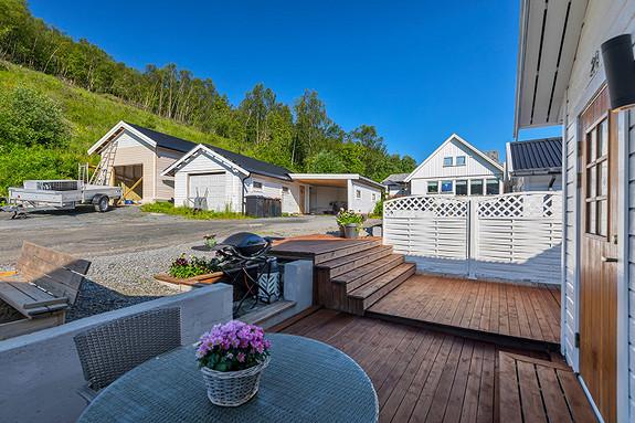 Praktisk og flott terrasse ved inngangspartiet!