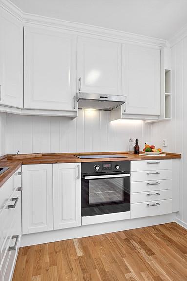 Kjøkkeninnredningen er fra IKEA, benkeplate av Eik.