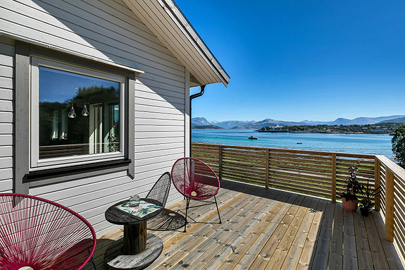 Solrik og romslig veranda med god plass for utemøbler