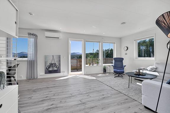 Lys og pen stue med utgang til veranda