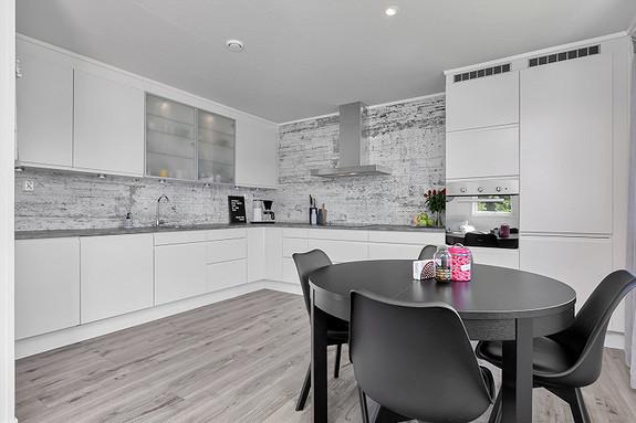 Pent kjøkken med hvite slette fronter