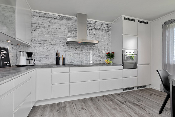 Kjøkken med integrert kjøl-/fryseskap