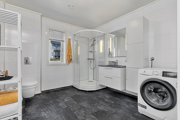 Stort flott bad med dusjkabinett og plass til vaskemaskin