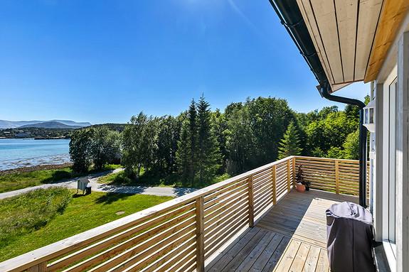 Solrik veranda med god plass for utemøbler