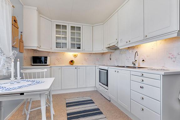Kjøkkeninnredning med hvite profilerte fronter