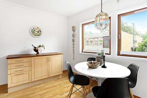 Kjøkkenet har plass til spisebord