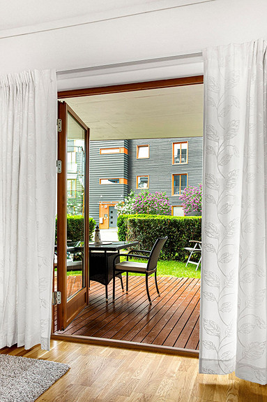 Utgang til terrasse og liten hageflekk