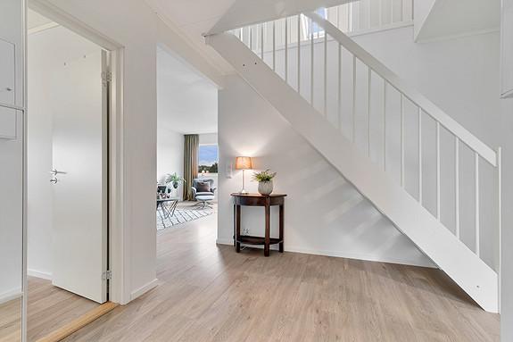 Hall med trapp til loft