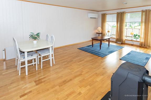 Romslig stue med god plass for møblering