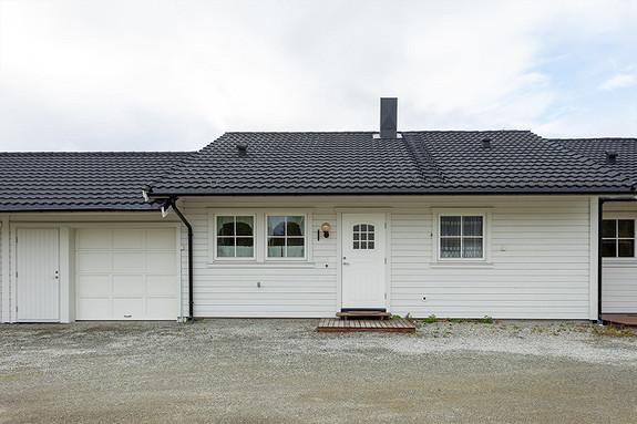 Garasje til venstre tilhører boligen