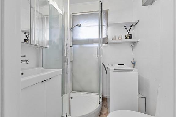 Bad med dusjkabinett og opplegg for vaskemaskin