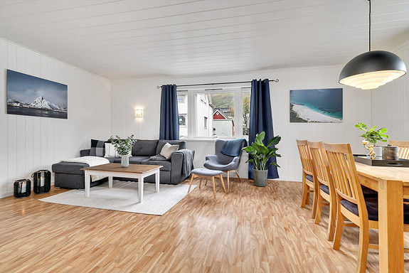 Romslig og lys stue med god plass til møblering!