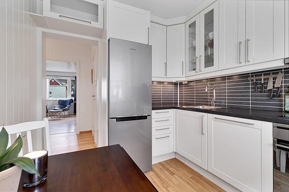 Kjøkken - Skapplass er godt utnyttet i høyden
