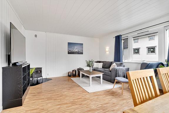 Stue er romslig med flere møbleringsmuligheter