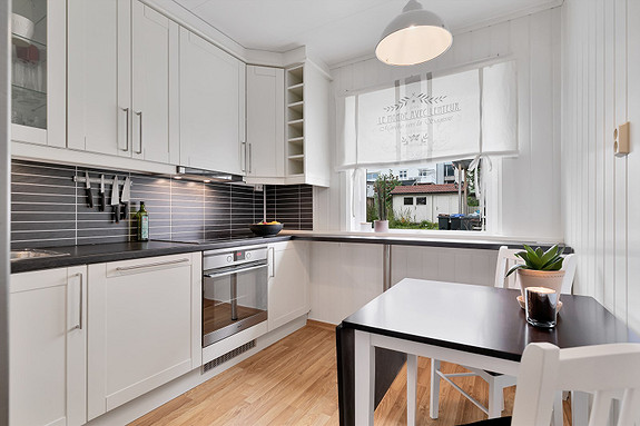 Kjøkken med integrerte hvitevarer, plass til spisebord