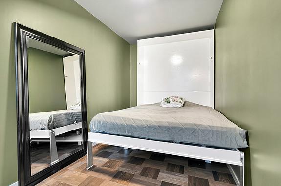 Soverom med ei praktisk foldbar seng som gjøres om til et skrivebord