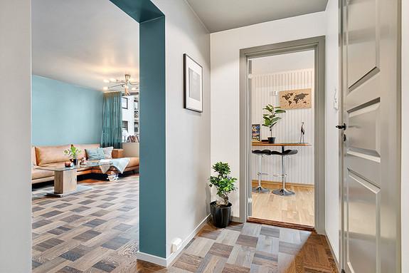 Gang -  Stue til venstre, kjøkken rett frem, bad til høyre