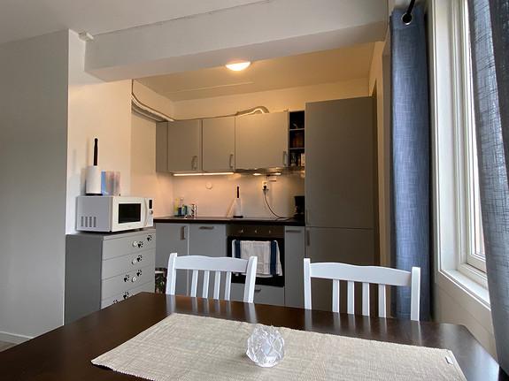 Kjøkkenkrok med plass til spisegruppe