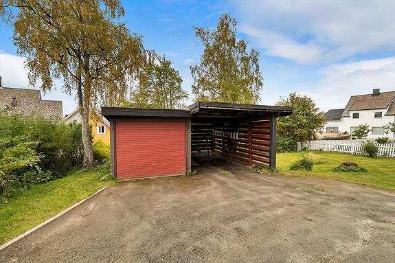 Eiendommen har både garasje og carport